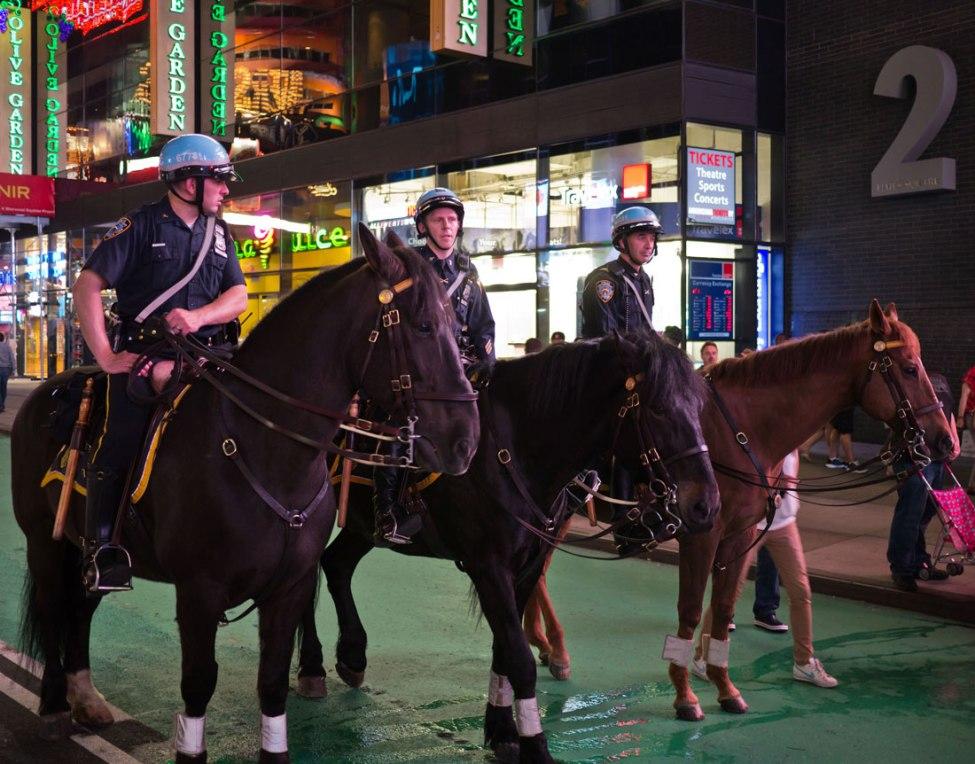 Die drei berittenen Polizisten waren fast nicht frei auf´s Bild zu bekommen, weil dauernd chinesische Touristen vor ihnen posierten. Sie griffen dabei gerne in die Zügel, was die Beamten nicht gerne sahen, ansonsten aber sehr geduldig das Treiben aushielten...