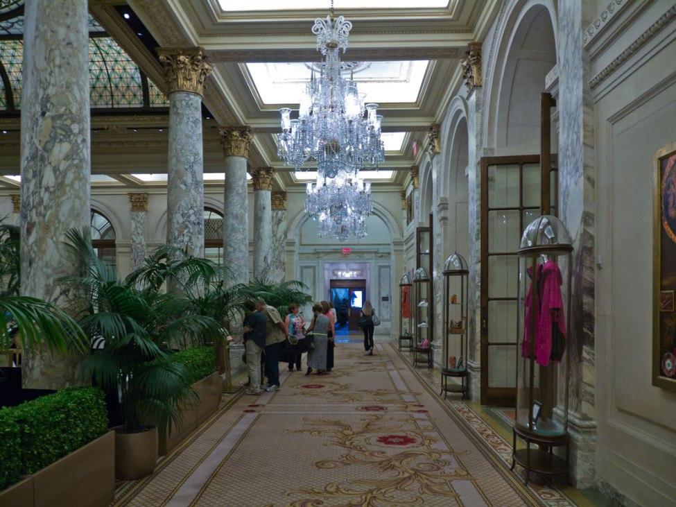 Eine Hochhaus-Lobby mit Restaurant (Linke Seite).